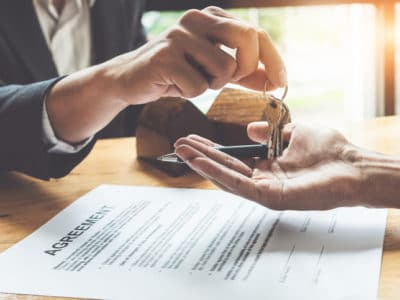 notary handing keys over to home buyers